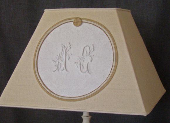 Abat-jour Carré avec un monogramme ancien