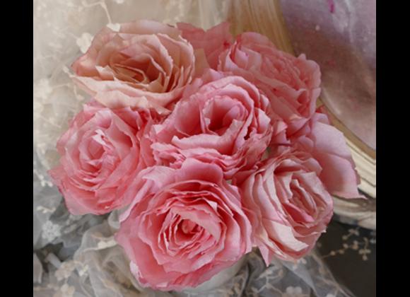 Roses en papier couleur rose framboise poudré