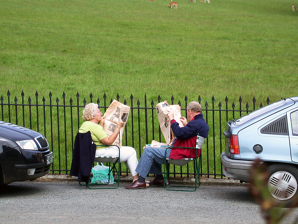 Paper-reading couple, Padstow