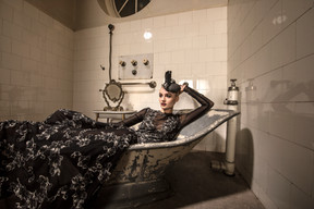 badewanne-scwarzes kleid.jpg