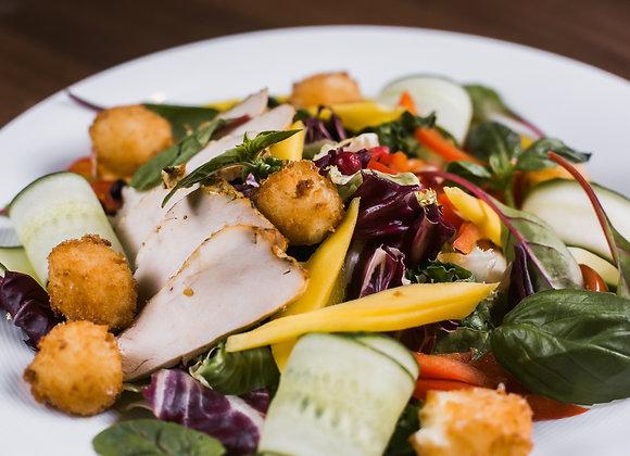 Салат с цыпленком и моцареллой фри
