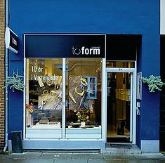 Guldsmed, To Form, Værkstedsbutik  i vestergade nummer 24, 8000 Aarhus C. Denmark. Kom og se vores egne kreationer af vielsesringe, forlovelsesringe og mange andre håndlavet smykker.