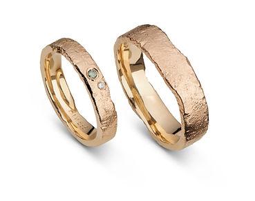 Rustikke grove vielsesringe og forlovelsesringe lavet af 14kt guld isat en grøn og klar diamant. Guldringe, håndlavet, specialfremstillet, grove ringe.