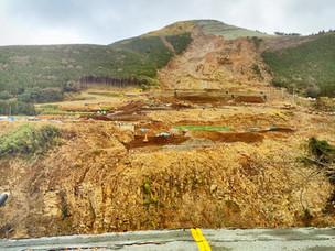 熊本・南阿蘇にて、大崩落と阿蘇大橋跡を空撮。