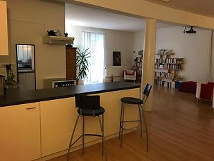 Grande salle avec coin cuisine