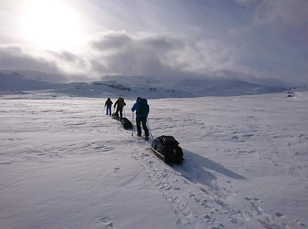 Arrastando nuestras pulkas por el lago helado