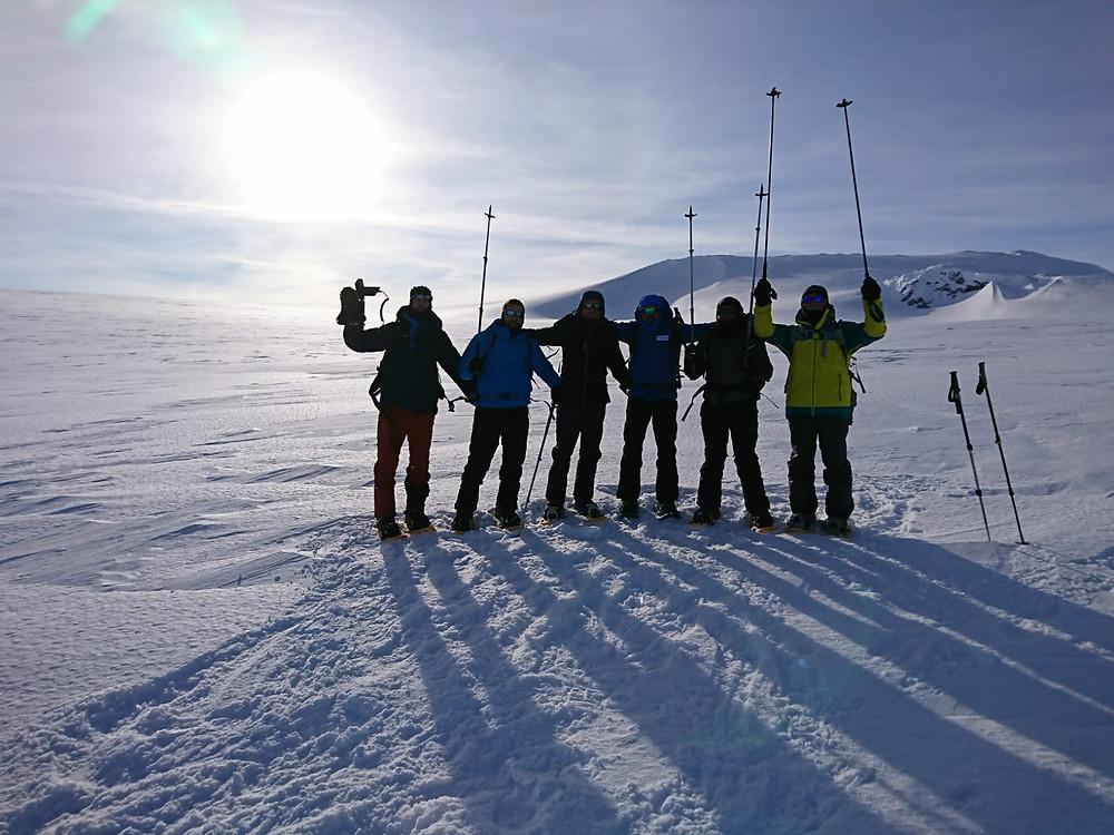 Todo el equipo en el plato sobre el glaciar
