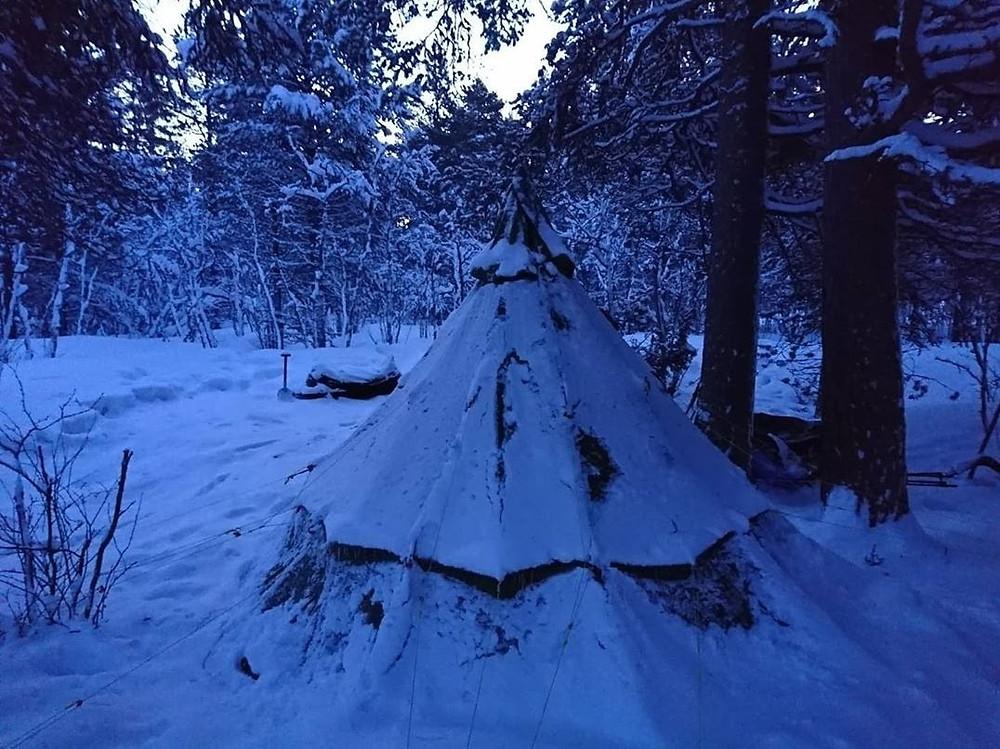 Nuestro Tipi amaneció totalmente cubierto de nieve.