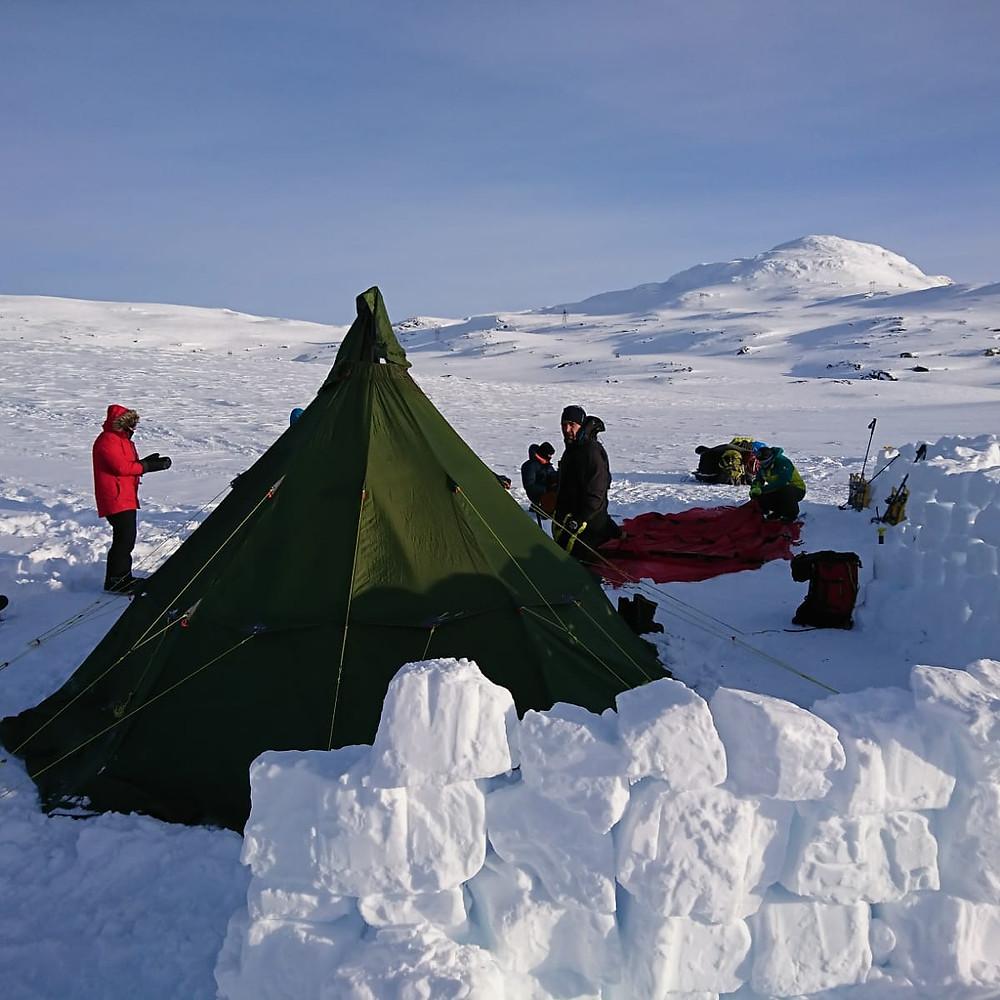 Campamento sobre el lago congelado en Finse