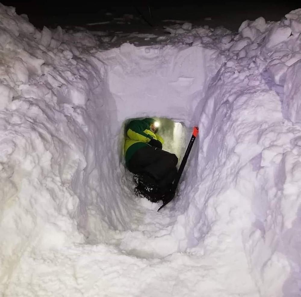 Pepe dentro de la cueva de nieve que hicimos entre todos