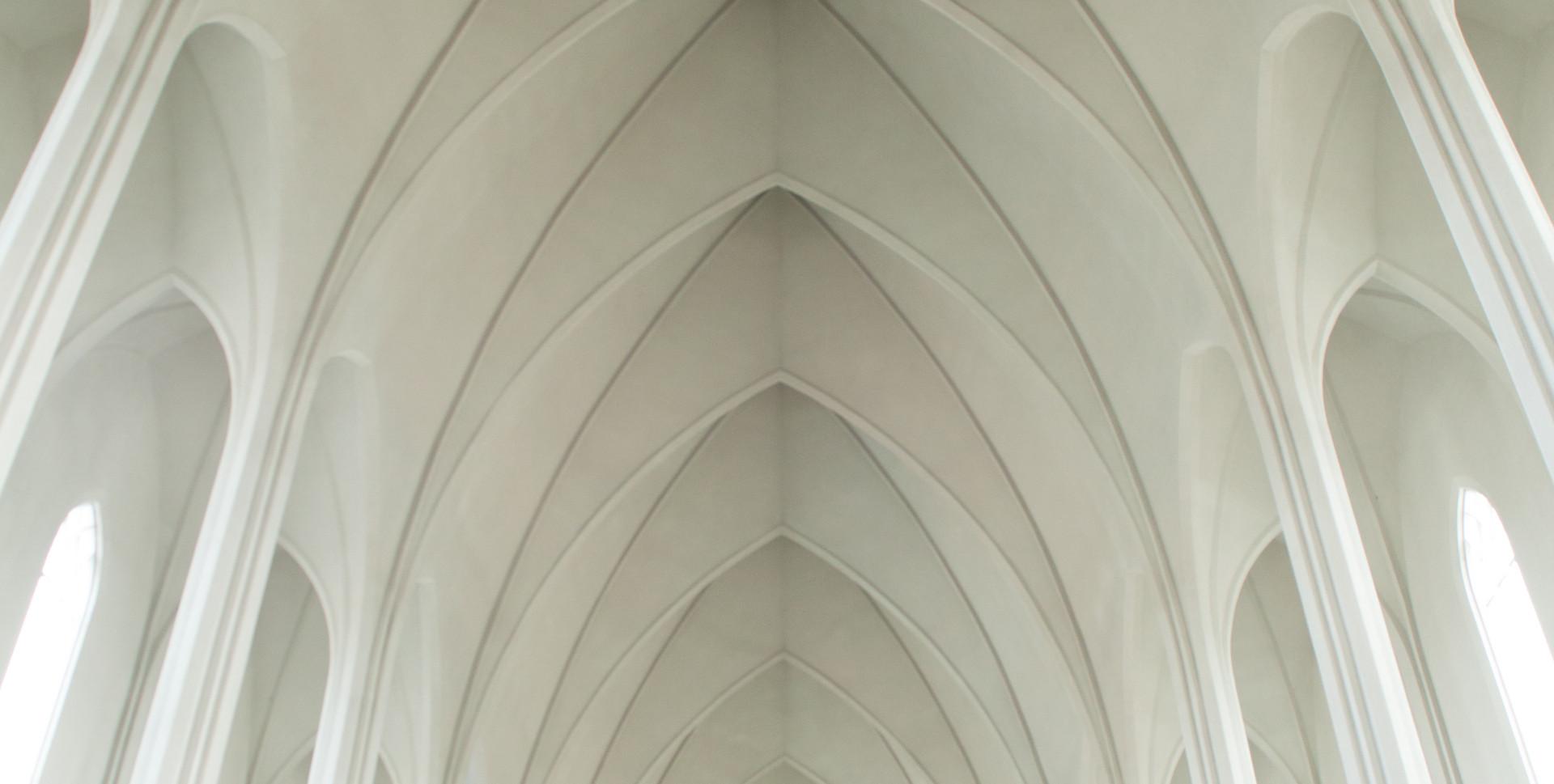 화이트 아치형 천장