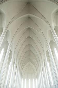Белый сводчатый потолок