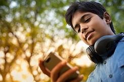Jongen Het controleren van zijn telefoon