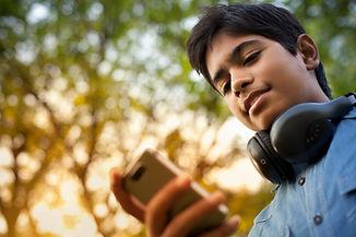 Boy Überprüfung seiner Telefon