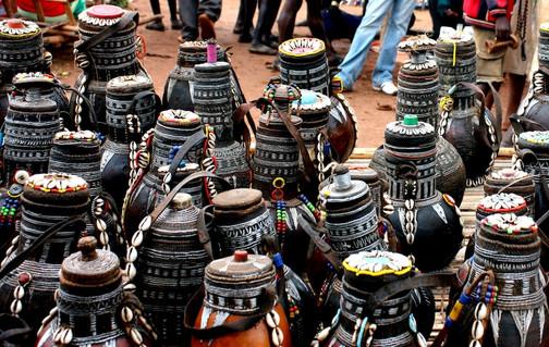 Sale of pots on a market