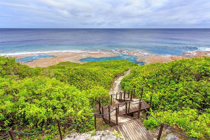 Sea track down to Hikutavake reef flats