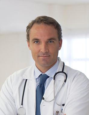 Medico che indossa una cravatta