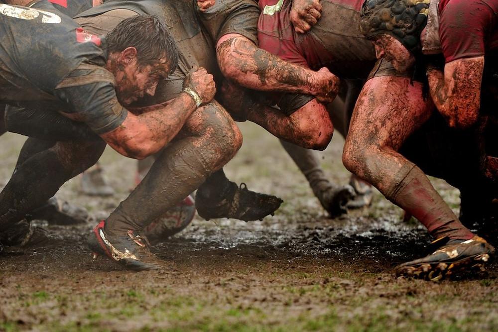 Formação scrum no esporte Rugby.