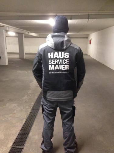 """Mann von Welt trägt """"Hausservice Maier"""""""