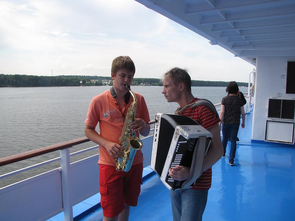Russie, tourisme, musique en fête, croisière