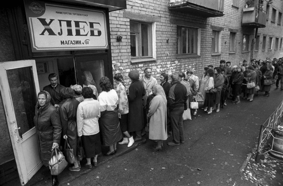 Pain, depot de pain, boulangerie, queue, file d'attente, penurie organisee