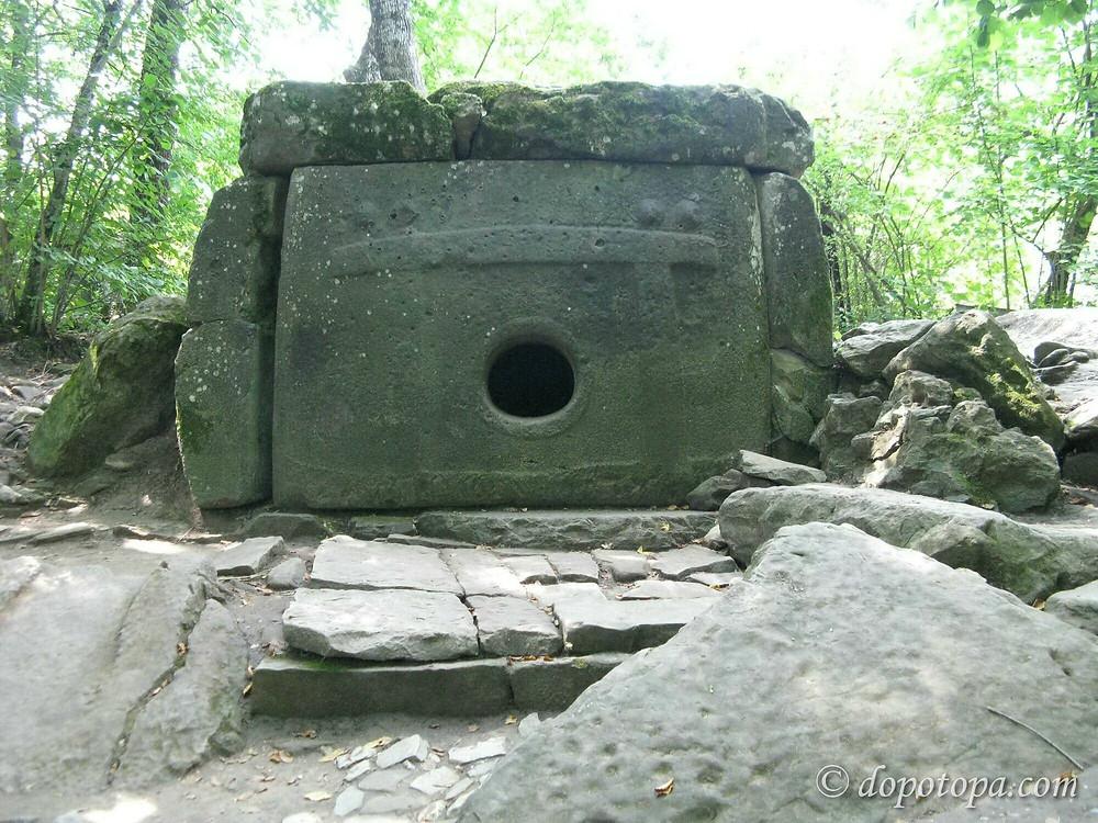 URSS, Russie, tourisme, histoire, tombeau, dolmen a oeil, dolmen, megalithe, dalles, orthostates, gravures, alains