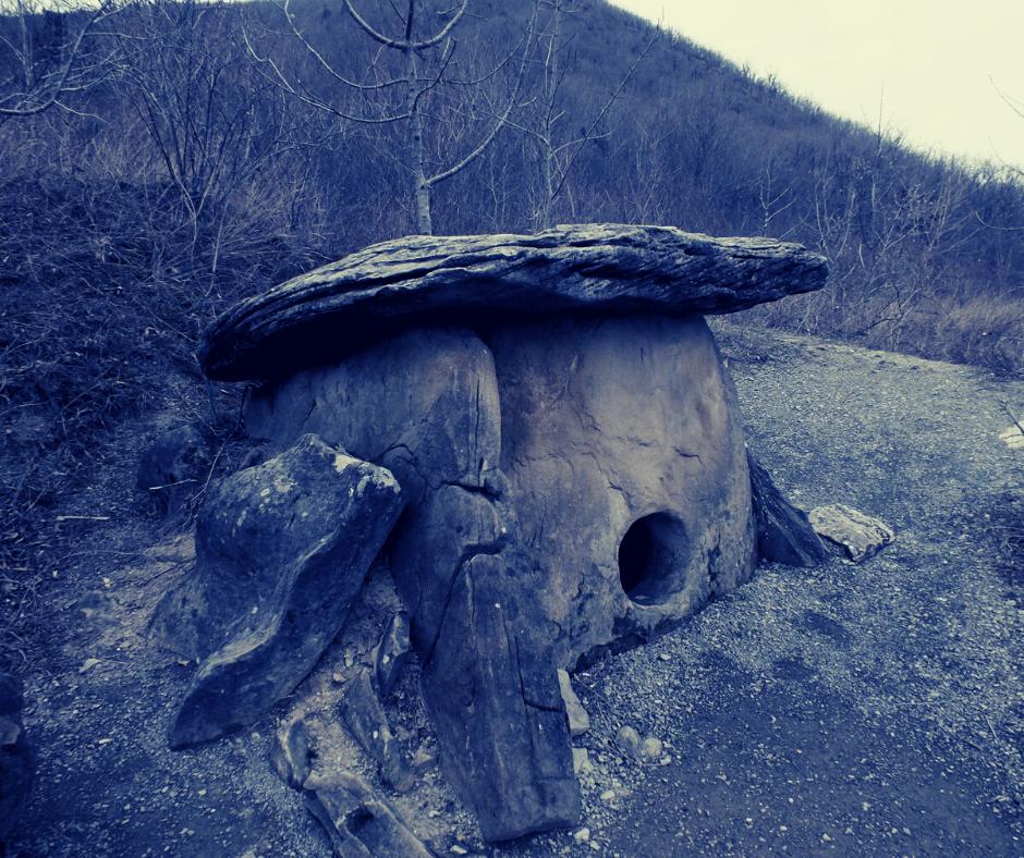 URSS, Russie, tourisme, histoire, tombeau, dolmen a œil, dolmen, mégalithe, dalles, orthostates