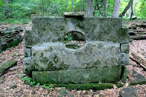 URSS, Russie, tombeau, dolmen a œil, dolmen, mégalithe, dalles, orthostates, gravures, alains