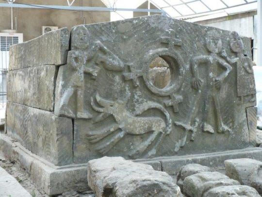 URSS, Russie, tourisme, histoire, tombeau, dolmen a œil, dolmen, mégalithe, dalles, orthostates, gravures, alains