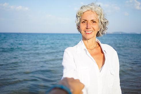 soulSPA inhaberin arnaia gibt yoga unterricht am meer
