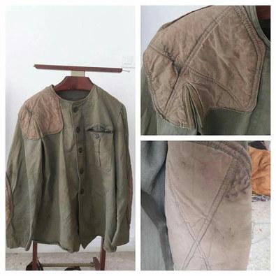 Veste de treillis USMC utilisée par les Marines durant leur entraînement au tir .  On notera les renforts en cuir sur les coudes et l'épaule :) La veste est taillée dans la même matière de chevron que les uniformes de combat classiques au sein de l'USMC .  Epoque Seconde Guerre Mondiale ou Après Guerre .