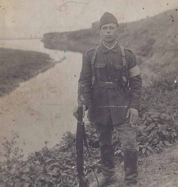 """Photographie d'un soldat Roumain prise en 1942 .  Sur le dos de celle-ci est écrit :  """" Avec tout l'amour de mon frère je vous envoie cette photo de Nicolai """" .  On remarquera le brassard porté par le soldat .  En effet , à cette période , la Roumanie alliée de l'Axe combat l'Armée Rouge sur le front Est et les vareuses / couleurs peuvent être confondues avec celles portées par les troupes soviétiques .  D'où l'utilisation d'un brassard en coton pour identifier plus facilement les soldats Roumains aux yeux de leurs alliés .  Plus tard , lorsqu'en 1944 la Roumanie change d'alliance le même procédé sera utilisé , cette fois pour distinguer les troupes Roumaines des unités Hongroises toujours alliés de l'Axe ."""
