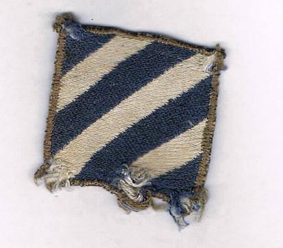Ecusson de la  3rd infantry division , 3ème division d'infanterie américaine .   Fabrication locale italienne époque campagne d' italie ,  1944 .  La 3e division d'infanterie américaine, (3rd Infantry Division) est surnommée Rock of the Marne (Le rocher de la Marne), pour sa contribution à la seconde bataille de la Marne.   Signification de l'insigne :  Les trois barres blanches symbolisent les trois principales batailles de la division au cours de la 1ère guerre mondiale en 1918 . Le bleu et le blanc sont les couleurs de tradition de l'infanterie .  A savoir que les couleurs de l'infanterie us furent le blanc PUIS le bleu, jamais les deux en même temps.  Ce changement s'est opéré entre la fin de la guerre du Mexique et la Guerre de Sécession.     Surnom de la division :  Rock of the marne .  Formée en novembre 1917, la 3e d'infanterie a connu son baptême du feu le 14 juillet 1918 à minuit lors de la seconde bataille de la Marne, y gagnant son surnom et sa devise (Nous resterons là, français dans le texte) grâce à sa résistance acharnée à la poussée allemande. Deux de ses soldats y ont obtenu la Medal of Honor.   Source : Livre les insignes de l'Us Army 1941 , 1945 , Pierre Besnard , Guide Militaria , Histoire & Collection