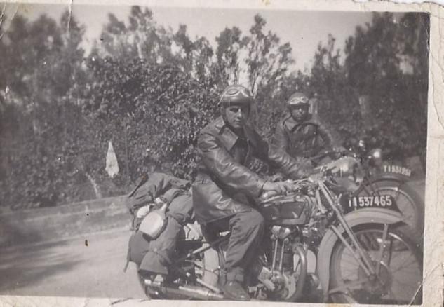 Photographie dee motards de l'arméee française , années 40 .