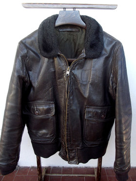 Blouson flight jacket Us Navy G-1 fabrication des années 70 modèle probablement civil ou conçu pour les foyers militaires .  https://www.vintageleatherjackets.org/threads/g-1-px-purchase-jackets-are-they-military-or-civilian.7154/