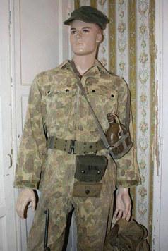 Photo prise en 2013 de mon mannequin présentant une combinaison camouflée de l'armée américaine époque 39-45  ma collection personnelle  .  Mannequin évoquant un soldat américain engagé sur le front du pacifique ,  notons la gourde de l'armée japonaise .   Voir ici :  https://www.lemondededjango.com/blog/frog-skin