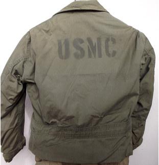 Blouson N4 de l'Us Navy , ayant été utilisé par l'USMC durant la seconde guerre mondiale .  Voir ici :  English :   Deck jacket N4 from Us Navy used by USMC .   WWII   https://www.lemondededjango.com/blog/l-usmc-en-39-45