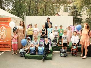 В Тюмени 25 первоклассникам подарили портфели от Сбера