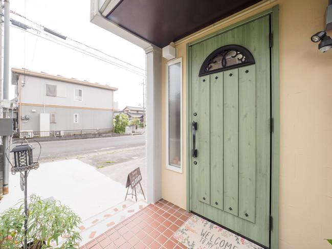 緑のドアが目印です♩