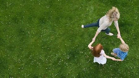 芝生の上で踊ります