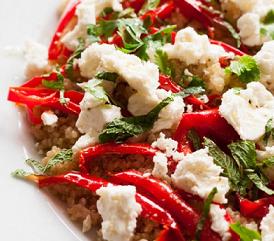 Salade de quinoa, poivrons, feta, menthe et coriandre
