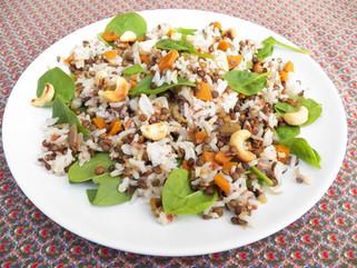 Salade de riz, lentilles, épinards et noix de cajou- plat végétarien
