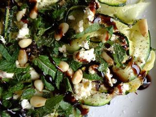 Salade de courgettes, feta, menthe et pignons