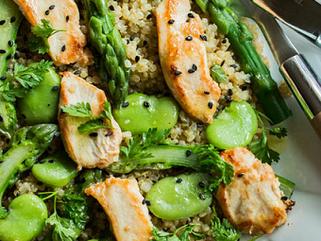 Salade de quinoa, asperges, poulet grillé et sésame