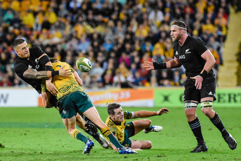 Sonny Bill Williams off loads to Kieran Read as he is tackled by Reece Hodge, Wallabies v All Blacks, Bledisloe Cup 3, Suncorp Stadium, 2017