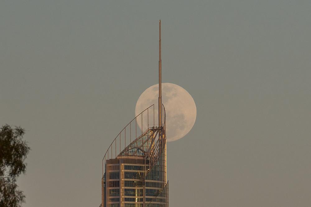 Q1 Moonrise (ISO 400, 300mm, f/9, 1/400 sec)
