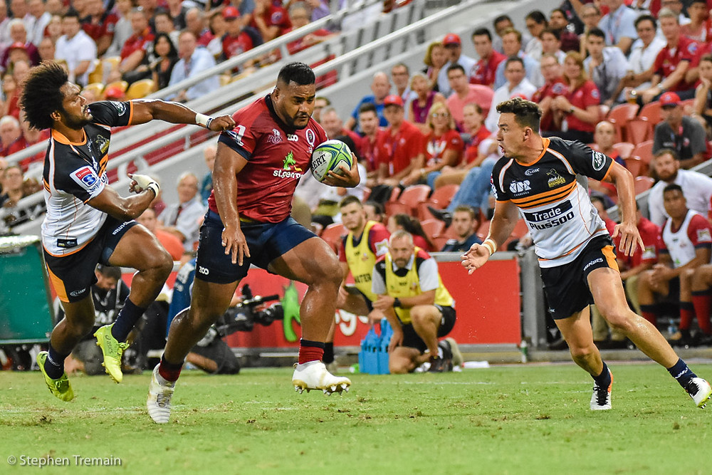 Taniela Tupou beats the tackle of Henry Speight, as Tom Banks moves in