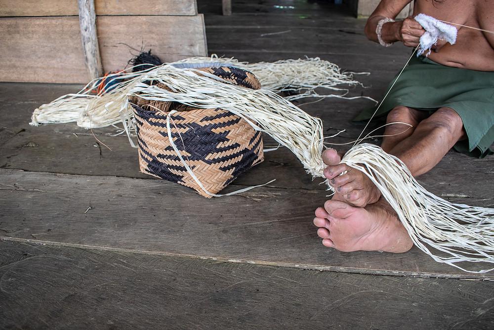 Pie de foto: Una mujer deshila el wérregue en su casa del río San Juan, Colombia. Autora: Marta Trejo