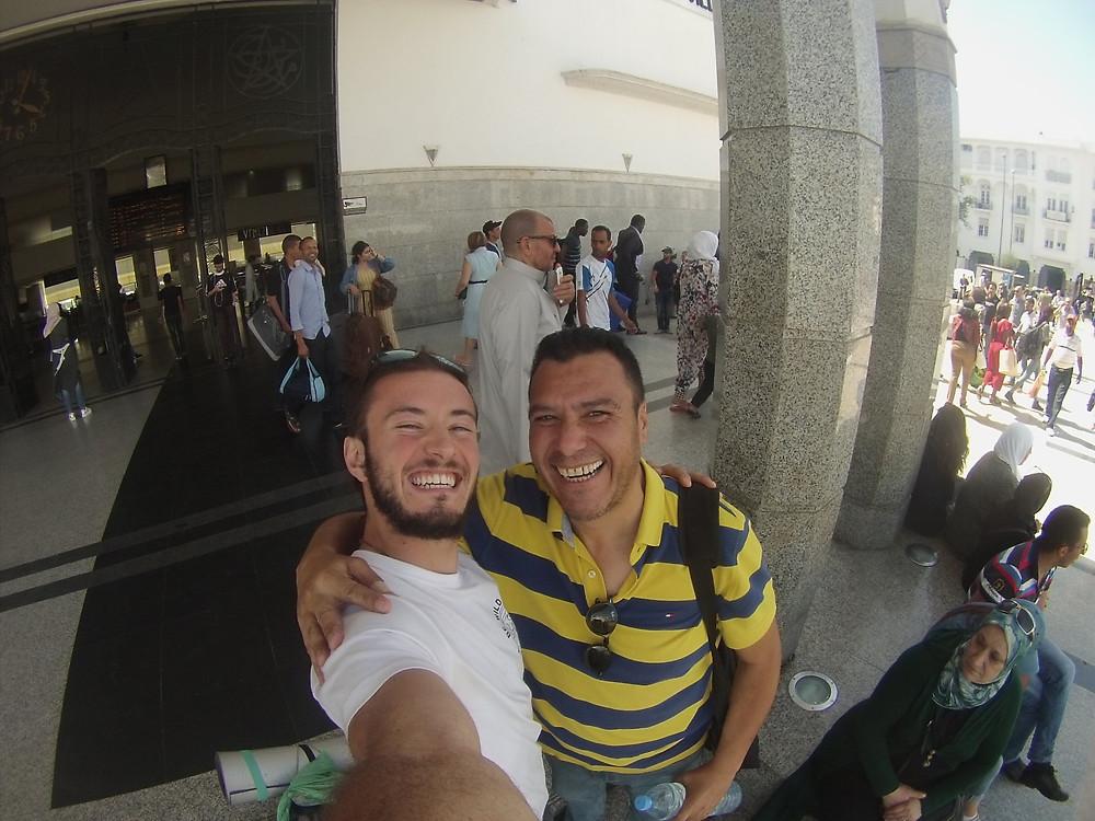 Taoufiq y David despidiéndose en la estación de Rabat