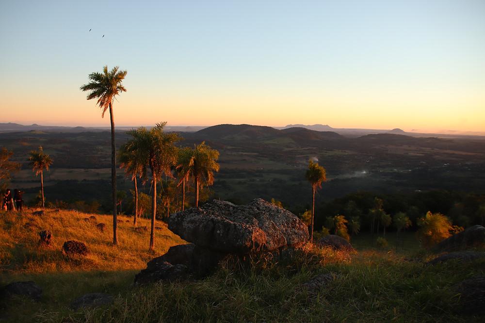 Las vistas desde cualquier cerro (en este caso Sapucai) suelen ser magníficas al dejar el horizonte a la altura de los ojos. Autora: Mónica Bareiro